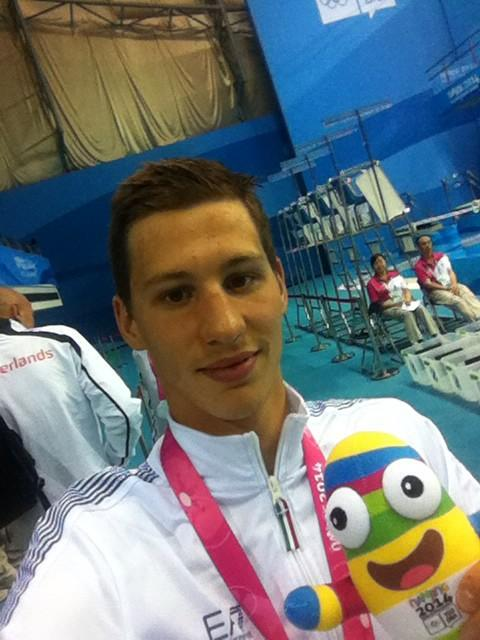 Nicolangelo di Fabio takes a post gold medal selfie ©Twitter