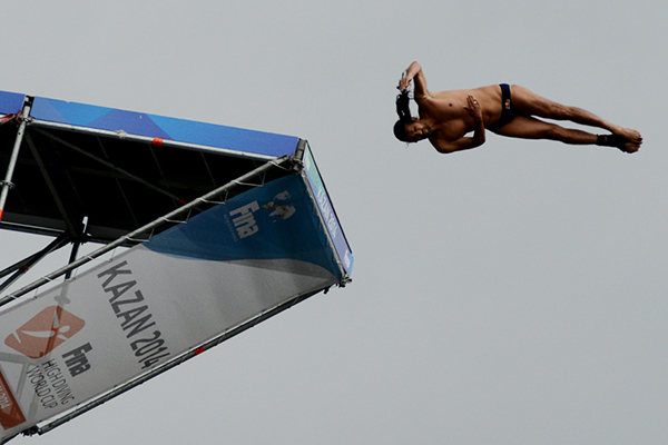 Orlando Duque of Colombia en route to winning the inaugural title at the FINA High Diving World Cup ©Kazan 2015
