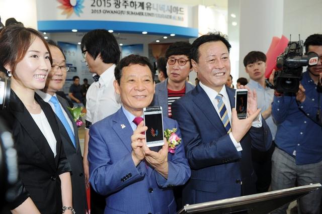 pGwangju Mayor Yoon Jang-hyun (left) and chairman of Gwangju City Council, Cho Young-pyo at the opening of the Promotional Centre ©Gwangju 2015