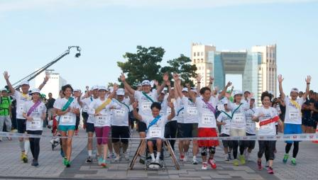 The 800 participants in the relay arriving at the finish line in Tokyo ©Tokyo 2020/Shugo Takemi