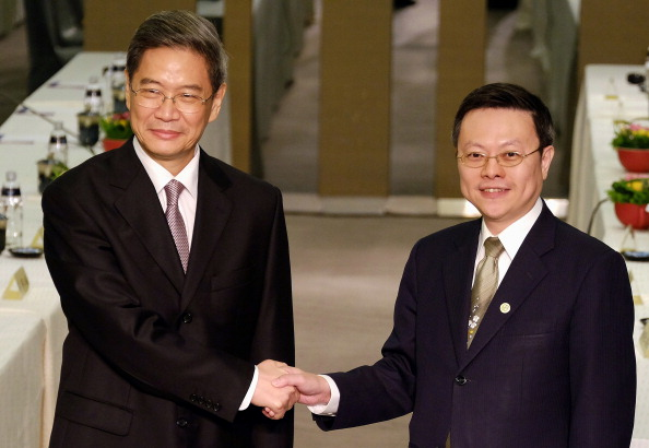 Zhang Zhijun (left) and Wang Yu-Chi during a second meeting in Taiwan in June ©AFP/Getty Images