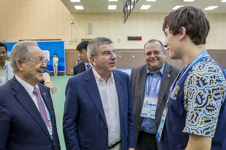 Thomas Bach meets the shooting gold medal winner ©Marco Dalla Dea/ISSF