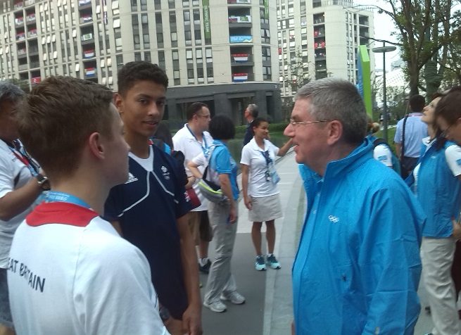 Thomas Bach met young athletes during his tour around the Youth Olympic Village ©ITG
