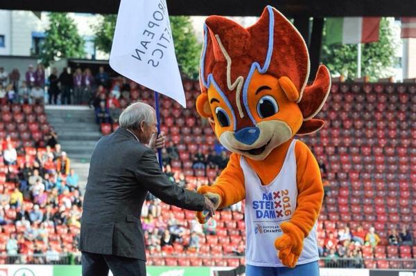 European Athletics President Hansjörg Wirz meets Adam, mascot for the 2016 European Athletics Championships in Amsterdam ©Twitter