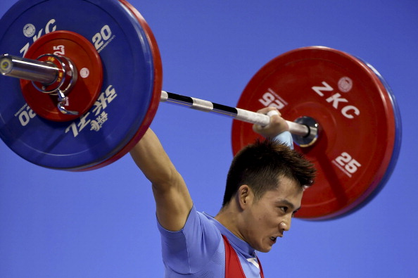 Cheng Meng takes gold in the men's 56kg weightlifting ©Getty Images