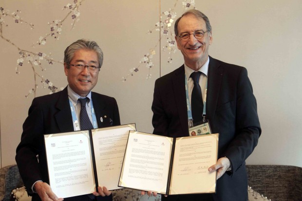 Japanese Olympic Committee and French Olympic Committee Presidents Tsunekazu Takeda and Denis Masseglia have signed an agreement for the two organisations to work together ©CNOSF