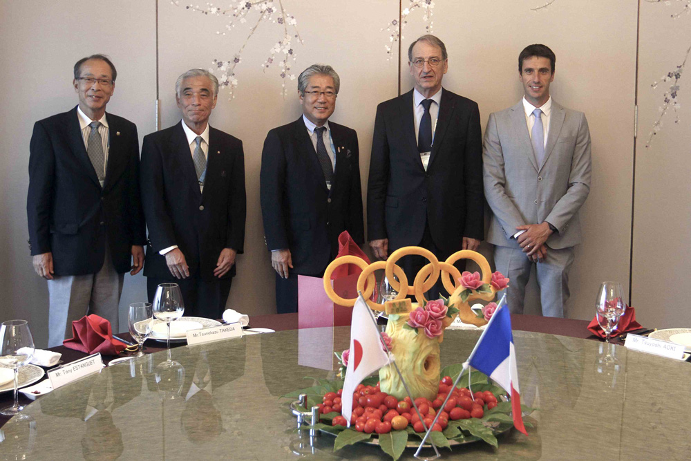 Tsunekazu Takeda and  Denis Masseglia, respective Presidents of the Japanese Olympic Committee and French Olympic Committee, were joined at the special signing by former Olympic canoeing champion Tony Estanguet (far right), a member of the International Olympic Committee ©CNOSF