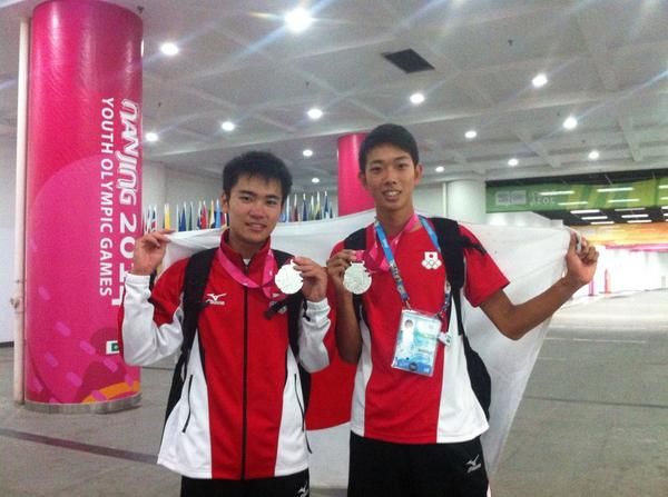 Japan's Kenta Oshima and Yuji Hiramatsu celebrate their 100m and high jump silvers from this evening ©Twitter