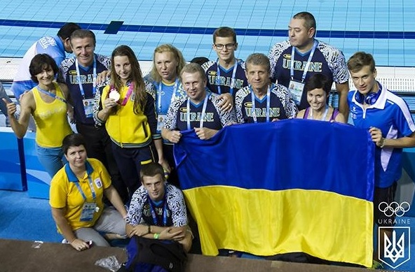Sergey Bubka with Nastya Malyavina, her coach and team mates ©Twitter