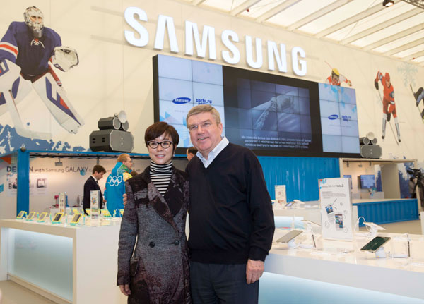Thomas Bach visiting the Samsung Galaxy studio during the Winter Olympics in Sochi in February alongside leading Samsung official, Younghee Lee ©IOC/Ian Jones