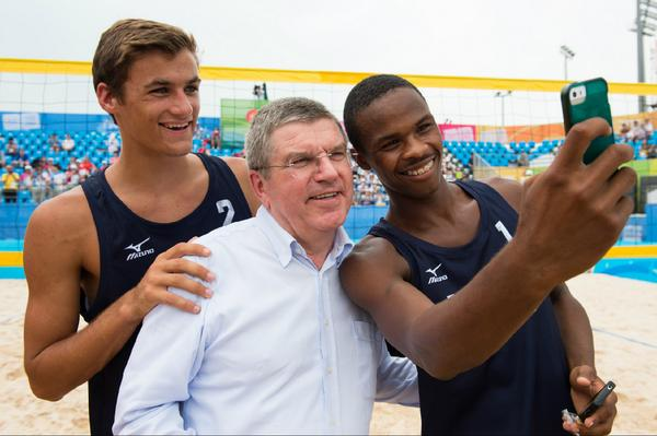 Thomas Bach with US beach volleyball team ©Twitter