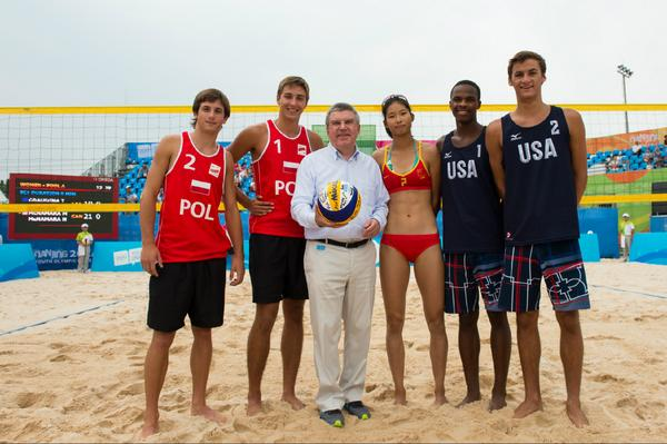 Thomas Bach with players at the beach volleyball ©Twitter