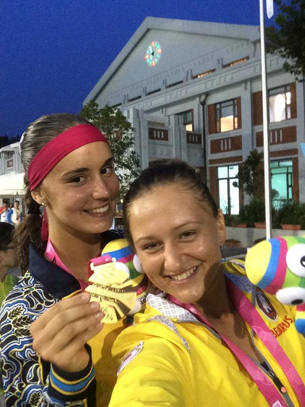 Women's doubles champs Anhelina Kalinina and Iryna Shymanovich share a YOGselfie ©Twitter