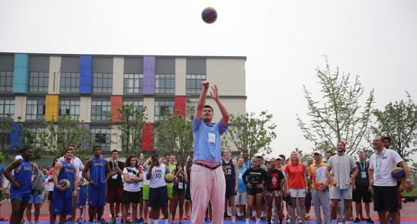 Yao Ming providing a basketball tutorial ©Twitter