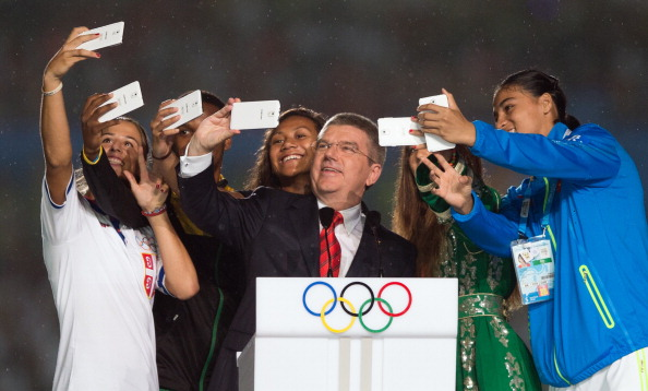 Thomas Bach embraced the Youth Olympic spirit by posing for a selfie during the Ceremony ©AFP/Getty Images