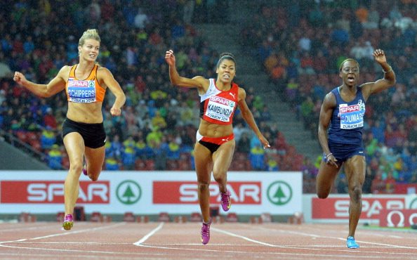Dafne Schippers (left) beats Myriam Soumare (right) to the European 100m title in the wind and rain of Zurich ©AFP/Getty Images