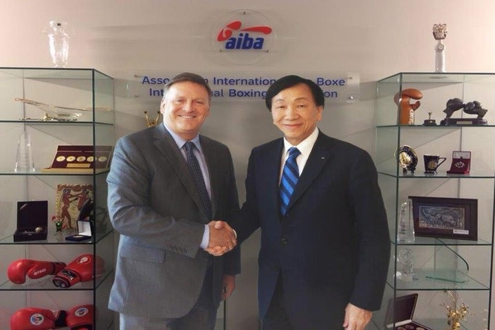 David Gough (left) and C K Wu following the appointment of the former as the chief executive of the Boxing Marketing Arm ©AIBA