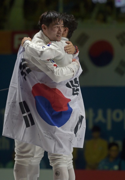 South Korea's Jung Jin-sun celebrates after beating team-mate Park Kyoung-Doo to claim epee individual fencing at Incheon 2014 ©AFP/Getty Images