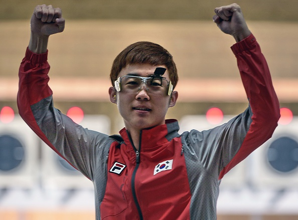Kim Junhong celebrates gold for South Korea in the 25m rapid fire pistol shooting ©AFP/Getty Images