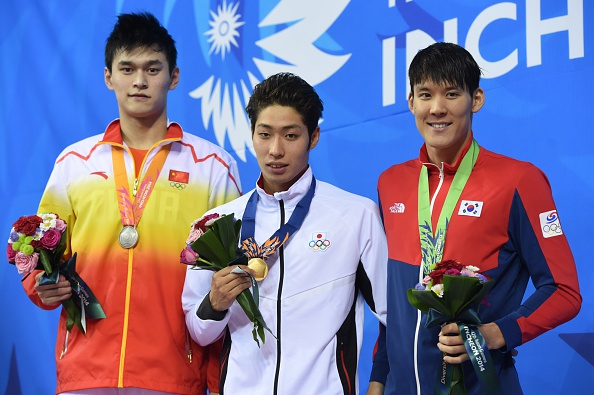 Kosuke Hagino is awarded the 200m freestyle gold ©AFP/Getty Images
