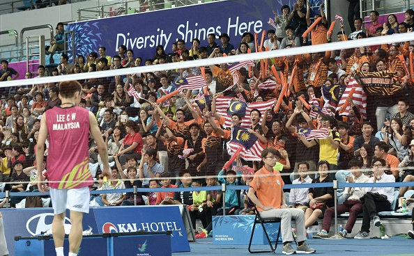 Malaysian fans cheer as Lee Chong Wei draws level ©AFP/Getty Images