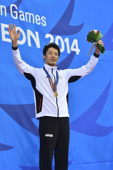 Ryosuke Irie celebrates his 100m backstroke title ©AFP/Getty Images