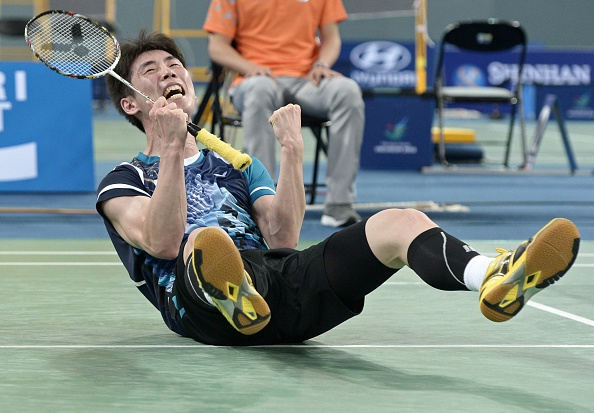 Son Wanho celebrates his stunning badminton victory ©AFP/Getty Images