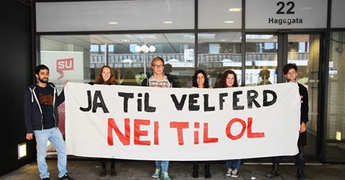 Youth groups prepare banners ahead of the demonstration ©Facebook