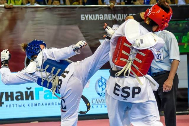 Jade Jones (left) and Eva Calvo Gomez battled for gold at the Daulet Sporting Complex in Astana ©WTF