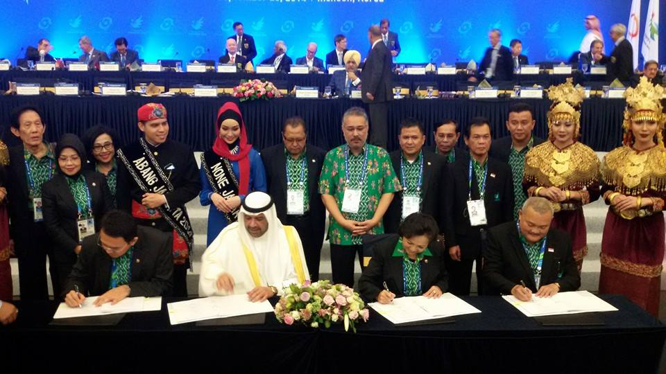 OCA President Sheikh Ahmad Al Fahad Al Sabah and Rita Subowo, head of the Indonesian Olympic Committee, sign the host city agreement for Jakarta to host the 2018 Asian Games ©Facebook