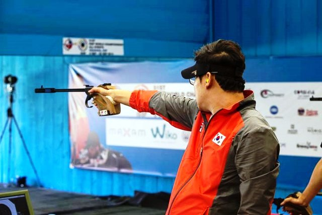 Jin Jongoh of South Korea takes aim on his way to winning World Championship gold in Granada ©ISSF
