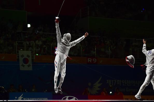 Kim Jung-Hwan celebrates after an all South Korean sabre fencing final ©AFP/Getty Images