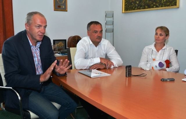 MOB President and Mayor of Győr, Zsolt Borkai (centre), admitted more work needs to be done as the city prepares to host the 2017 Summer EYOF ©MOB