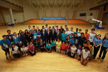 Participants at the Youth Leadership event pose with representatives from Korean Air and Gwangju 2015 ©Korean Air
