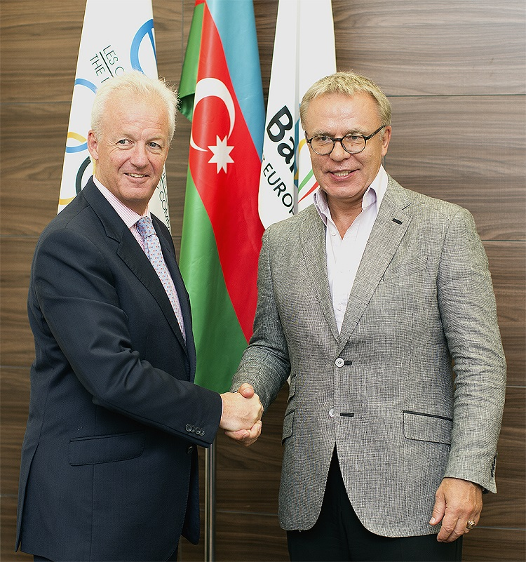 Simon Clegg, chief operating officer of Baku 2015, welcomes two-time Olympic champion, Viacheslav Fetisov, to the Baku 2015 headquarters ©Baku 2015