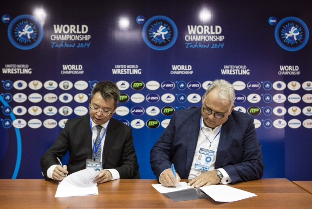 Taishan Sports Industry Group executive director Gang Cui (left) and United World Wrestling President Nenad Lalovic sign a new partnership agreement in Tashkent ©United World Wrestling