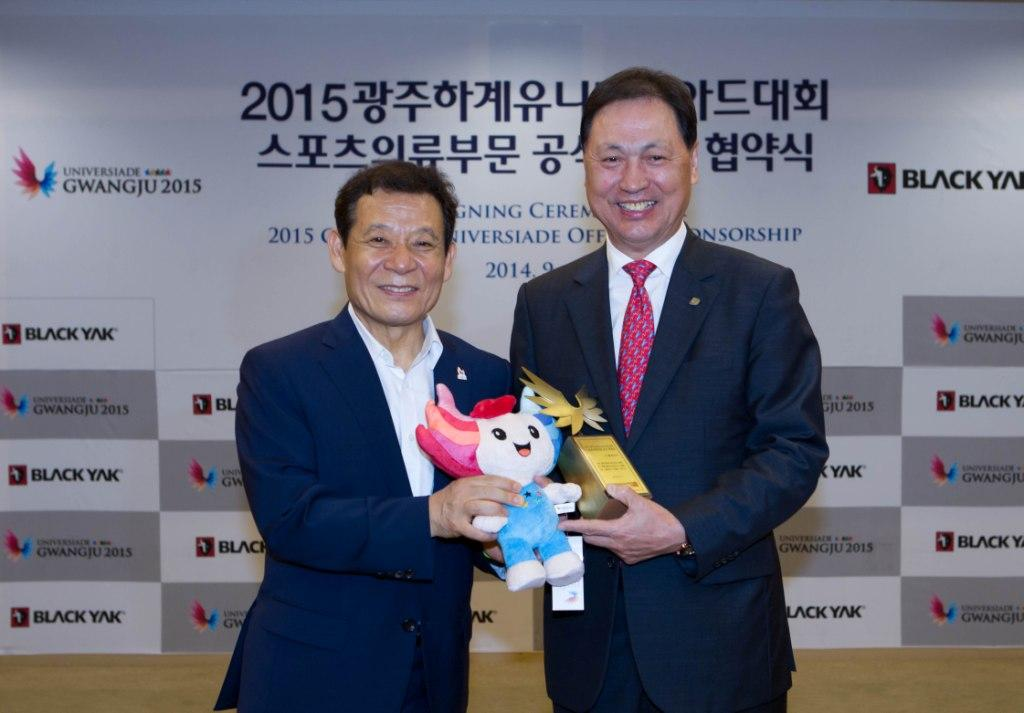 The signing was attended by 2015 Gwangju  chairman Yoon Jang-hyun and Black Yak chief executive Kang Tae-sun ©Gwangju 2015