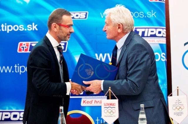 Tipos chairman Ladislav Kriška shakes hands on a new sponsorship agreement with SOC President František Chmelár ©SOC