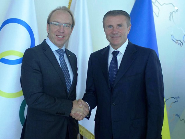 Ukrainian Chamber of Commerce and Industry President Gennady Chizhikov (left) and NOCU President Sergey Bubka shake hands on new Memorandum of Cooperation ©NOCU