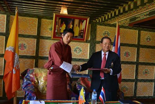 Bhutan Olympic Committee President Prince Jigyel Ugyen Wangchuck, and Yuthasak Sasiprapha, head of the National Olympic Committee of Thailand signed a Memorandum of Understanding in Thimphu ©Bhutan Olympic Committee