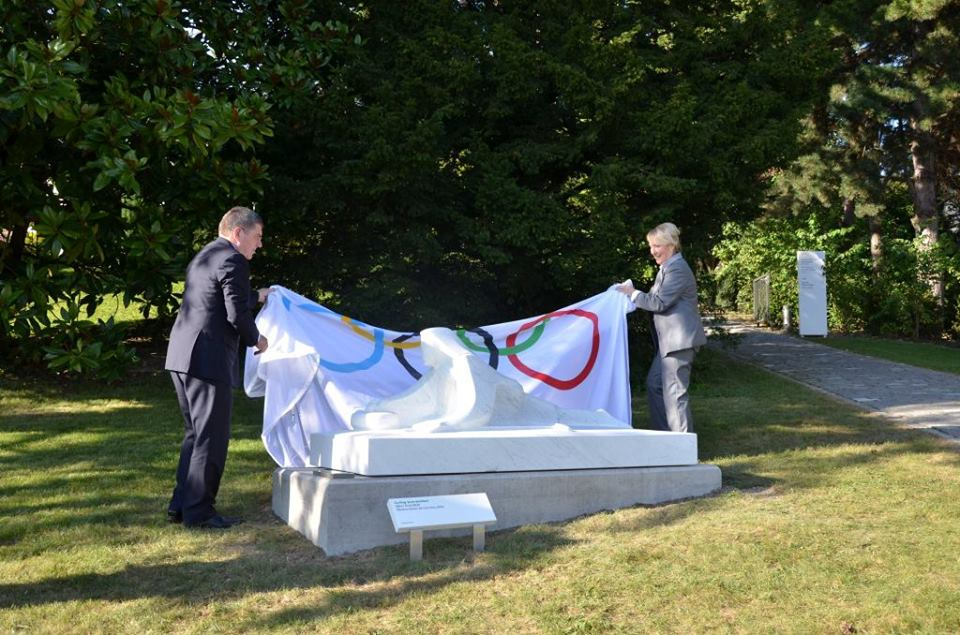 Thomas Bach and Kate Caithness unveil the curling sculpture in Lausanne ©WCF