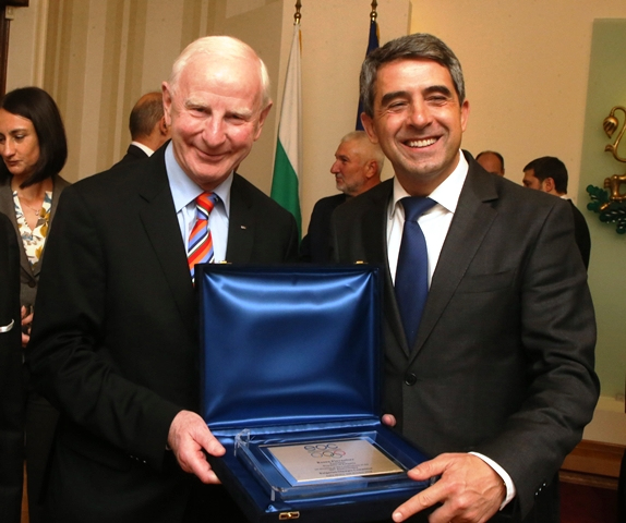 European Olympic Committees President Pat Hickey (left) presented Bulgarian President Rosen Plevneliev with a special insignia from the EOC ©BOC