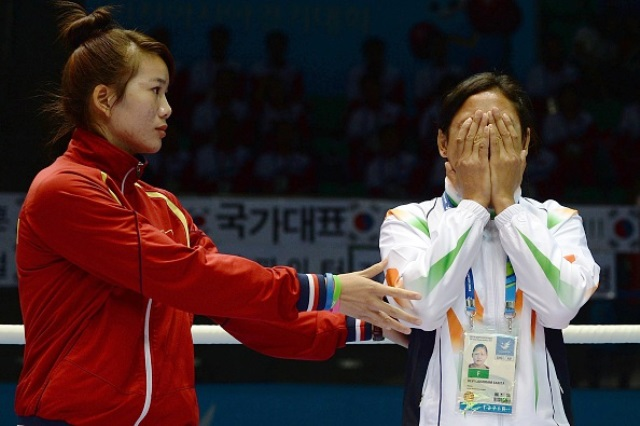 Indian boxer Sarita Devi (right) has issued a second apology to AIBA for refusing to accept her bronze medal at the Asian Games ©AFP/Getty Images