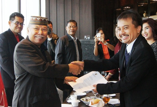 Indonesian Sport Minister Roy Suryo (right) presenting the official letter of acceptance as host of the 2018 Asian Para Games to APC President Dato Zainal Abu ©APC