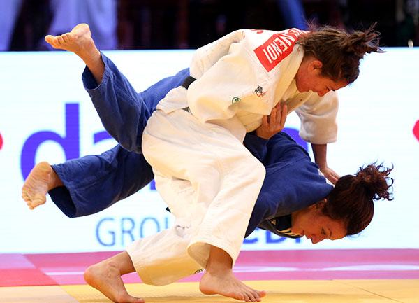 Kosovo's Majlinda Kelmendi (near) repeated her win against Romania's Andreea Chitu (far) in this year's World Championships final ©IJF