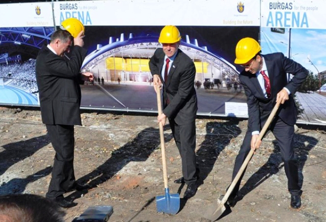 NOCU President Sergey Bubka (centre) turns the first sod as construction work begins on a new sports arena in Bulgaria ©NOCU