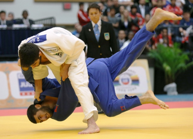 Rafael Macedo of Brazil white) defeated Youth Olympic Games champion Mikhail Igolnikov of Russia too take the men's under 81kg crown ©IJF