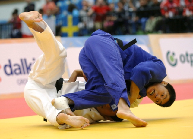 Unseeded South Korean An Changrim (blue) went all the way in the men's under 73kg at the division at he World Junior Championships in Fort Lauderdale to secure a first ever major title ©IJF