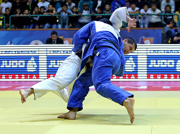 Uzbekistan's Yakhyo Imamov (far) was beaten by Greece's Roman Moustopoulos to the disappointment of the home crowd ©IJF