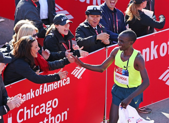 Eliud Kipchoge of Ethiopia takes the applause after taking the win at today's Chicago Marathon ©Getty Images